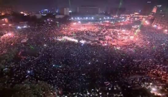 Millones de personas continúan aun ahora en la plaza de Tahir.