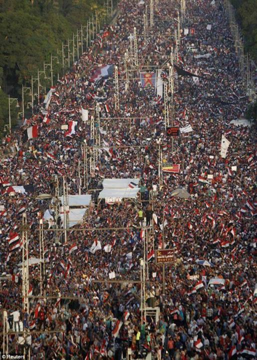 33 millones de personas, de los 80 millones que viven en Egipto, protestando juntos, incluso miembros del grupo de la oposición contra el presidente Morsi, en la plaza Tahir